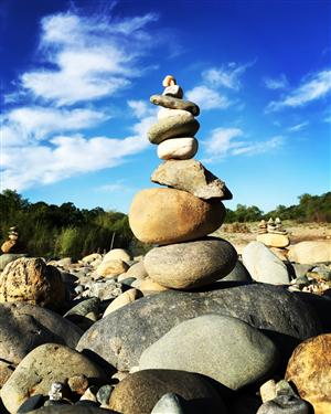 Various sized rocks stacked vertically